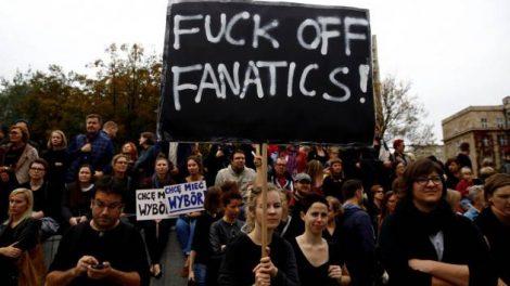 Nell'immagine un momento della grande protesta delle donne in Polonia contro la proposta di legge di messa al bando totale dell'aborto.